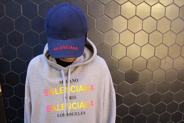 今話題のブランド 、BALENCIAGA(バレンシアガ)より人気のロゴキャップをご紹介します。