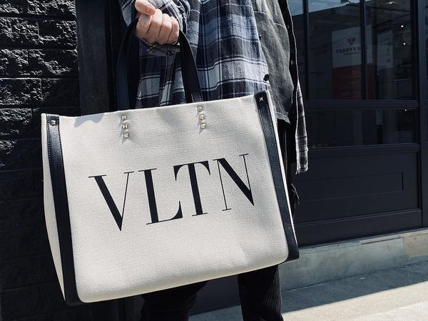 VALENTINO(ヴァレンティノ)のシグネチャー 「VLTN」があしらわれたトートバッグを買取入荷!!