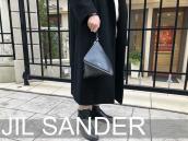 ミニマルデザインの代表格であるJIL SANDER(ジルサンダー)のトライアングルバッグのご紹介です。【ブランドコレクト表参道店】:画像1